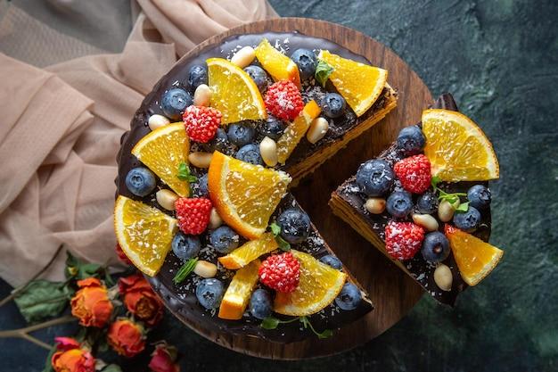 Widok z góry pyszne ciasto czekoladowe z owocami na ciemno