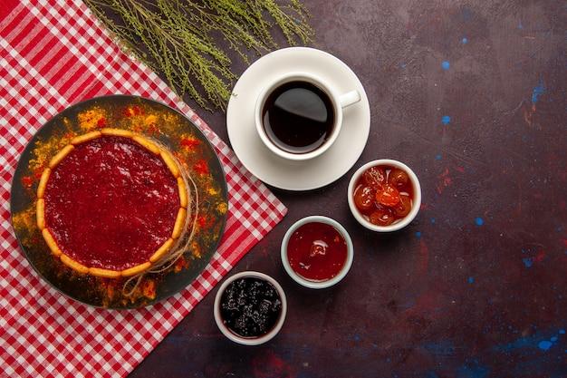 Widok z góry pyszne ciasto deserowe z filiżanką kawy i dżemami owocowymi na ciemnym tle herbatniki ciasteczka z cukrem słodkie ciasto deserowe