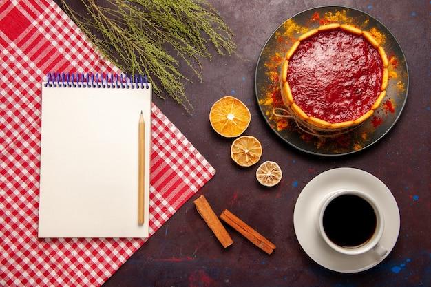 Widok z góry pyszne ciasto deserowe z filiżanką kawy na ciemnym tle herbatniki cukru słodkie ciasto deserowe ciasteczka