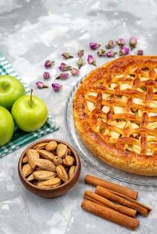 Widok z góry pyszne ciasto jabłkowe ze świeżymi zielonymi jabłkami ciasto biszkoptowo-cukrowe piec frui
