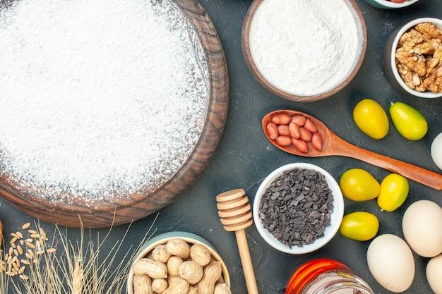 Widok z góry pyszne ciasto owocowe z mąką i orzechami na ciemnym owocowym słodkim cieście herbata cukrowa ciasto deserowe ciasto biszkoptowe