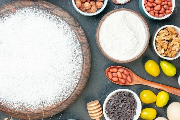 Widok z góry pyszne ciasto owocowe z nasionami mąka i dżem na ciemnych owocach słodkie ciasto cukier ciasto herbata deser herbatniki