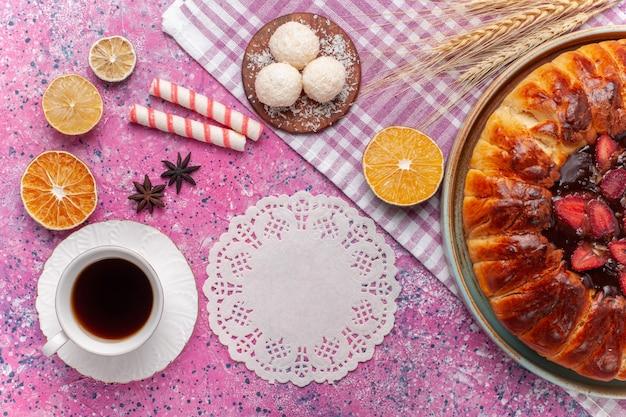 Widok z góry pyszne ciasto truskawkowe okrągłe uformowane ciasto owocowe na różowo