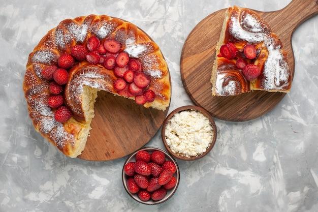 Widok z góry pyszne ciasto truskawkowe pieczone i pyszne deser z twarogiem na białej powierzchni ciasto biszkoptowe ciastko cukrowe słodkie ciasto do pieczenia