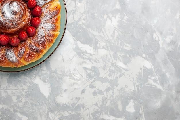 Widok z góry pyszne ciasto truskawkowe z cukrem pudrem na jasnobiałym tle