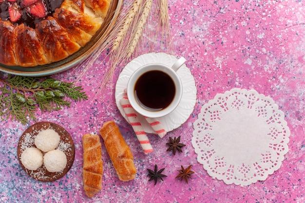 Widok z góry pyszne ciasto truskawkowe z galaretką i owocami na różowo