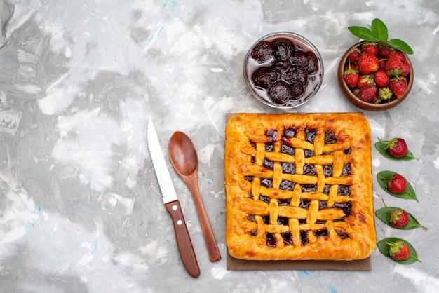 Widok z góry pyszne ciasto truskawkowe z galaretką truskawkową w środku wraz z herbatą deserową ze świeżymi truskawkami