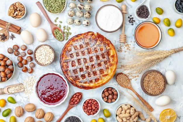 Widok z góry pyszne ciasto z galaretką z jajkami i orzechami na lekkiej herbacie upiec ciasto biszkoptowe bułka deserowa ciastko piekarnia kolorowe ciasto