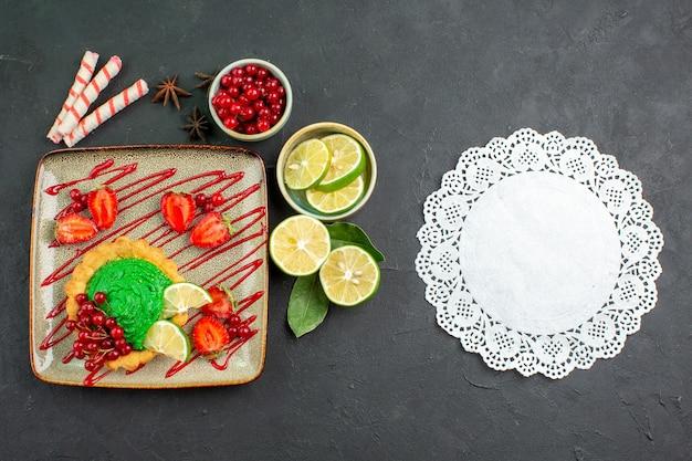 Widok z góry pyszne ciasto z owocami