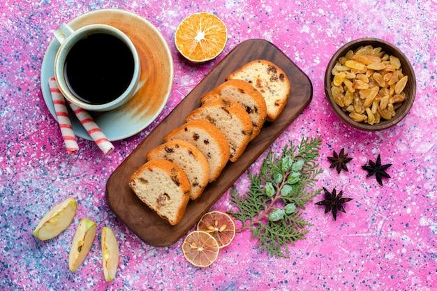 Widok z góry pyszne ciasto z rodzynkami pokrojone w plasterki ciasto z kawą na różowej powierzchni upiec ciasto cukier słodkie ciastka herbatniki kolor