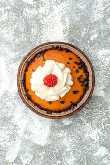 Widok z góry pyszne ciasto z rodzynkami z kremem na białej powierzchni ciasto herbatniki herbata słodkie ciasto cukier