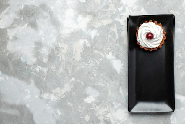 Widok z góry pyszne ciasto ze śmietaną i owocami na jasnym tle ciasto słodka śmietanka piec herbata owocowa