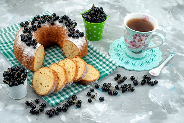 Widok z góry pyszne ciasto ze świeżymi jagodami i herbatą na białym biurku ciasto herbatniki herbaciane jagody