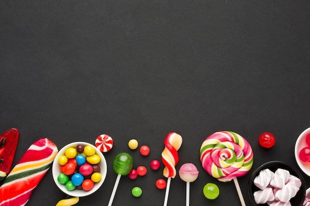 Widok z góry pyszne cukierki na czarny stół