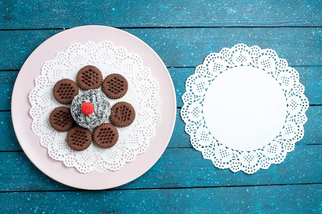 Widok z góry pyszne czekoladowe ciasteczka z ciastem czekoladowym na niebieskim biurku rustykalnym herbatniki herbaciane ciasteczka słodkie ciasto cukier