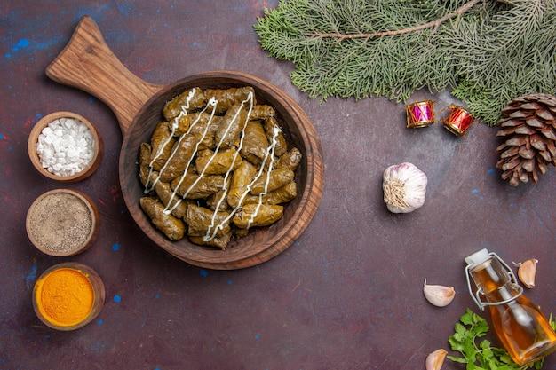 Widok z góry pyszne danie mięsne dolma z różnymi przyprawami na ciemnym tle danie mięsne obiadowe jedzenie kaloryczne kolor