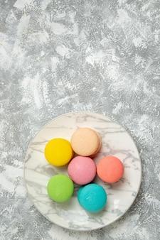 Widok z góry pyszne francuskie makaroniki kolorowe ciasta na białej powierzchni