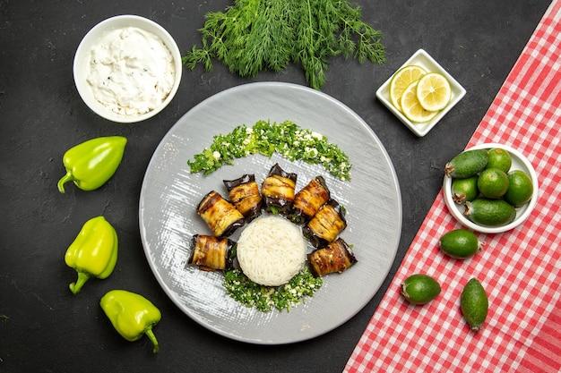 Widok z góry pyszne gotowane bakłażany z ryżem i feijoa na ciemnej powierzchni obiadowej potrawy gotującej posiłek ryżowy