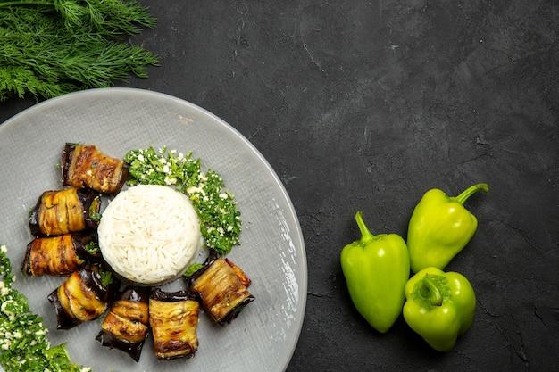 Widok z góry pyszne gotowane bakłażany z ryżem na ciemnej powierzchni obiad jedzenie olej do gotowania ryżowy posiłek
