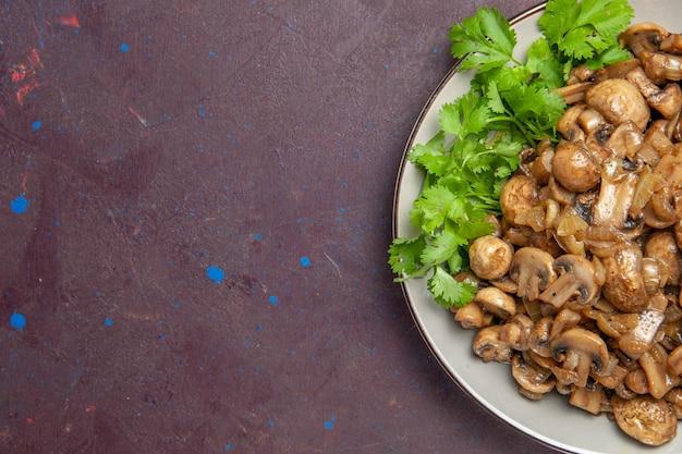 Widok z góry pyszne gotowane grzyby z zielenią na ciemnym tle danie obiad jedzenie dzikich roślin