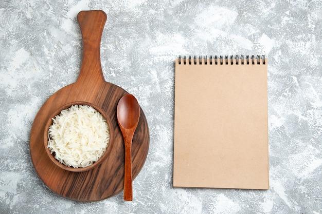 Widok z góry pyszne gotowany ryż wewnątrz płyty na białym tle