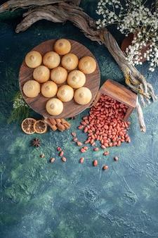Widok z góry pyszne herbatniki z orzeszkami ziemnymi na ciemnoniebieskim tle ciasteczko biszkoptowe ciasto cukier kolor słodki orzech