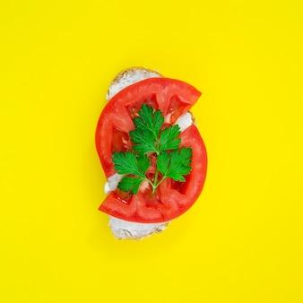Widok z góry pyszne kanapki pomidorowe