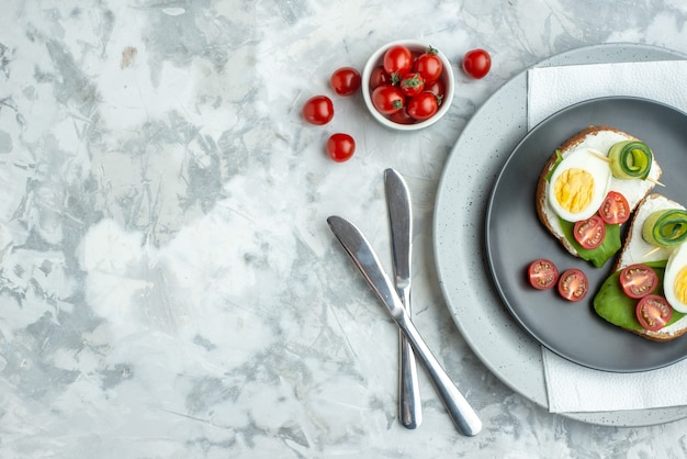 Widok z góry pyszne kanapki z jajkiem wewnątrz talerz na białym tle kanapka burger posiłek jedzenie tosty chleb zdrowie obiad dieta