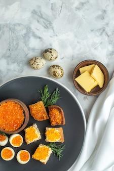 Widok z góry pyszne kanapki z kawiorem z gotowanymi jajkami wewnątrz talerza białe tło śniadanie posiłek owoce morza ryba obiad chleb jedzenie