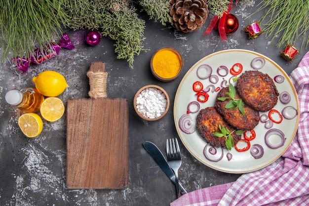 Widok z góry pyszne kotlety z krążkami cebuli na jasnoszarym tle posiłek zdjęcie danie mięsne