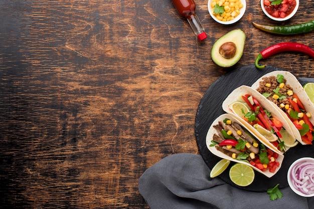 Widok z góry pyszne meksykańskie jedzenie z miejsca na kopię