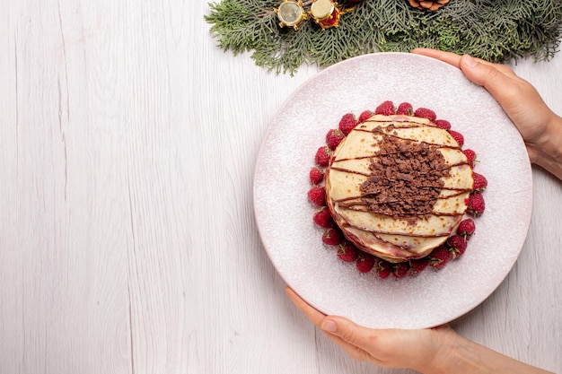Widok z góry pyszne naleśniki z truskawkami na białym biurku ciasto herbatniki owocowe słodkie ciasto jagodowe