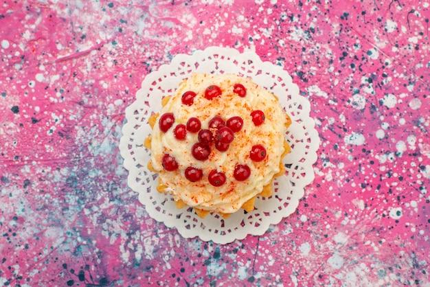 Widok z góry pyszne okrągłe ciasto ze świeżą czerwoną żurawiną na fioletowym cukru biurku