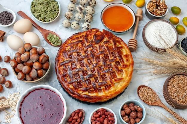 Widok z góry pyszne owocowe ciasto z orzechami i jajkami na lekkim upieczeniu biszkoptowym ciasto deserowe kolorowa herbata ciasto ciasteczko piekarnia bułka
