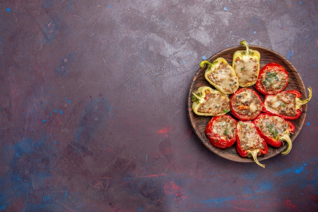 Widok z góry pyszne papryki smaczne gotowane danie z mięsem na ciemnym tle danie obiadowe mięso piec jedzenie