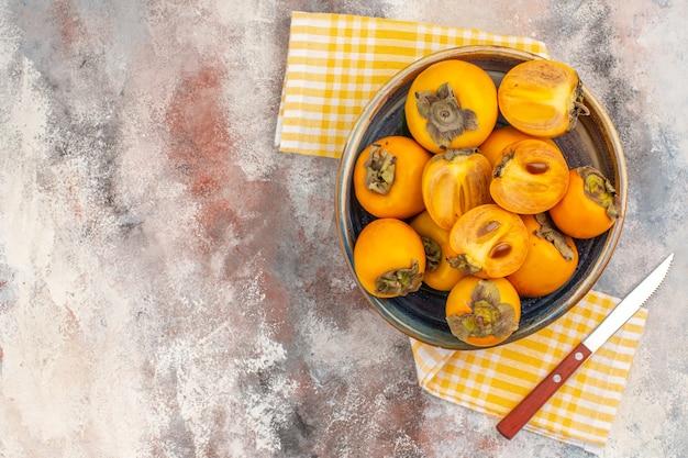 Widok z góry pyszne persimmons w misce na nagim tle