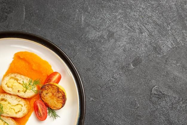 Widok z góry pyszne placki ziemniaczane z dynią wewnątrz talerza na szarym tle piekarnik piec kolorowe danie obiadowe plastry