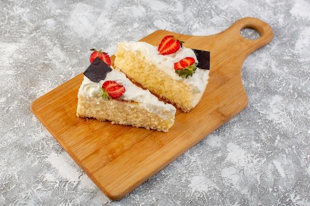 Widok z góry pyszne plastry ciasta z kremem czekoladowym i truskawkami na jasnym tle ciasto herbatnikowe cukru herbata słodkie