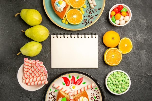 Widok z góry pyszne plastry ciasta ze świeżymi mandarynkami na szarym tle ciasto owoce ciasto cukierkowe ciasto herbaciane