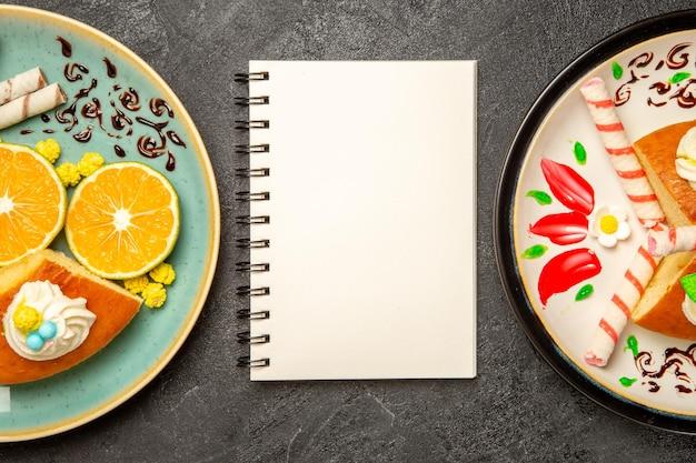 Widok z góry pyszne plastry ciasta ze świeżymi mandarynkami na szarym tle ciasto owocowe ciasto cukierkowe ciasto herbaciane