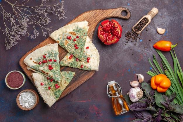 Widok z góry pyszne qutabs gotowane kawałki ciasta z zieleniną na ciemnej powierzchni kaloryczny tłuszcz danie do gotowania ciasta mąka