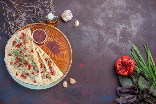 Widok z góry pyszne qutabs ugotowane kawałki ciasta z zieleniną na ciemnej powierzchni danie obiadowe gotowanie mączki z ciasta