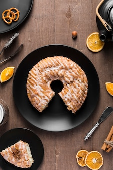 Widok z góry pyszne ręcznie robione ciasto na stole