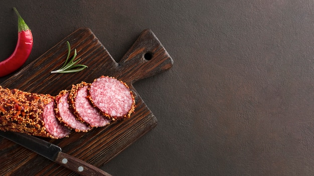 Widok z góry pyszne salami na stole z miejsca kopiowania