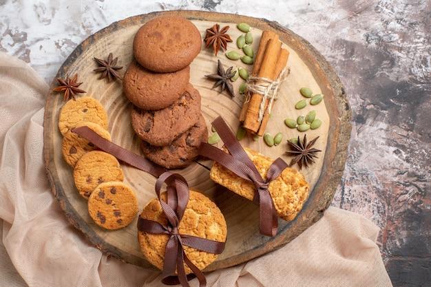 Widok z góry pyszne słodkie ciasteczka na lekkim stole