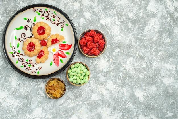 Widok z góry pyszne słodkie ciasteczka z cukierkami na białym tle