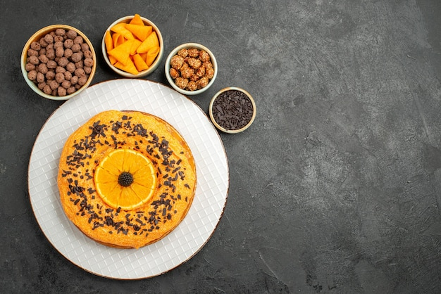 Widok z góry pyszne słodkie ciasto z pomarańczowymi plastrami na szarej powierzchni deser herbatnik słodki ciasto herbata herbata