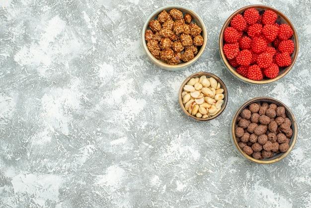 Widok z góry pyszne słodkie cukierki różne słodycze na białej przestrzeni