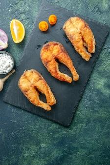 Widok z góry pyszne smażone ryby na ciemnej powierzchni danie sałatka owoce morza mięso oceanu pieprz morski jedzenie woda posiłek