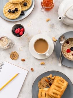 Widok z góry pyszne śniadanie gotowe do podania